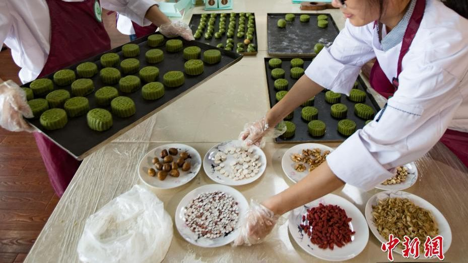 Goji and semen euryales mooncakes made by TCM students at a university in east China.