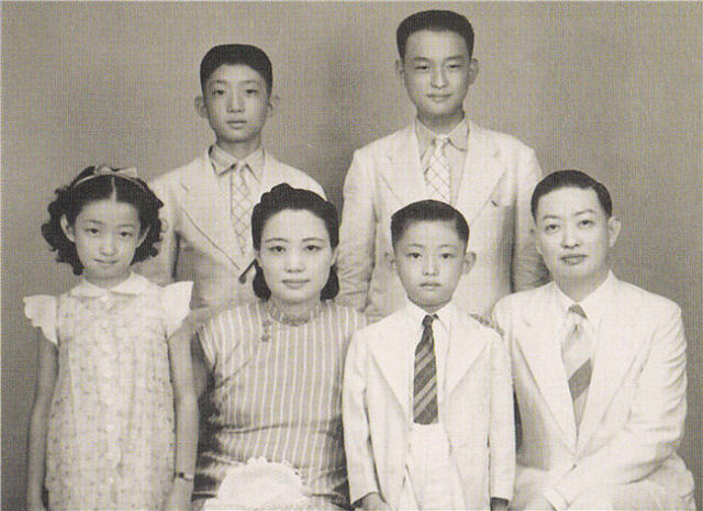 1930s family portrait of Mei Lanfang, Fu Zhifang and four of their children