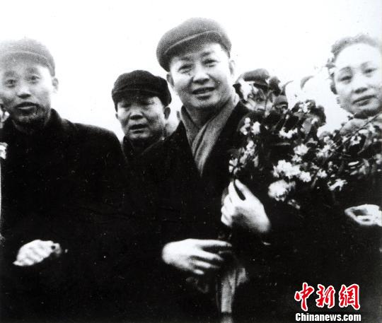 Black and white photograph of actor Mei Lanfang holding a bouquet of flowers