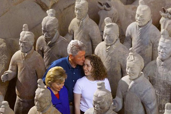 US president Bill Clinton and First Lady Hillary Clinton visiting the Terracotta Warriors in Xi'an during his 1998 trip.