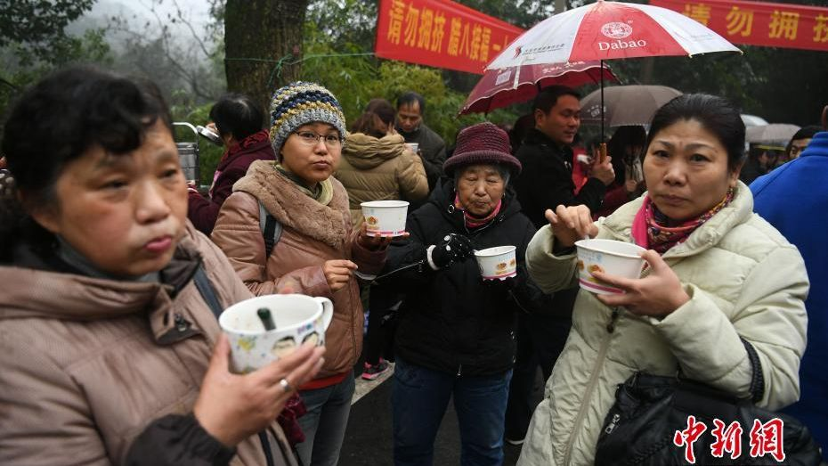 People enjoying Laba Congee at the Huayan Temple, Chongqing during the Laba Festival.