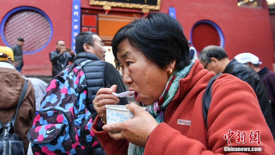 Citizens in China's southwestern city of Kunming enjoy Laba Congee courtesy of the local Huating Temple during the Laba Festival.