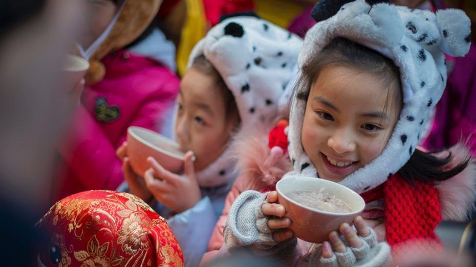 Citizens from eastern China's Nanjing city enjoy Laba Congee from the local Xuanzang Temple during the Laba Festival.
