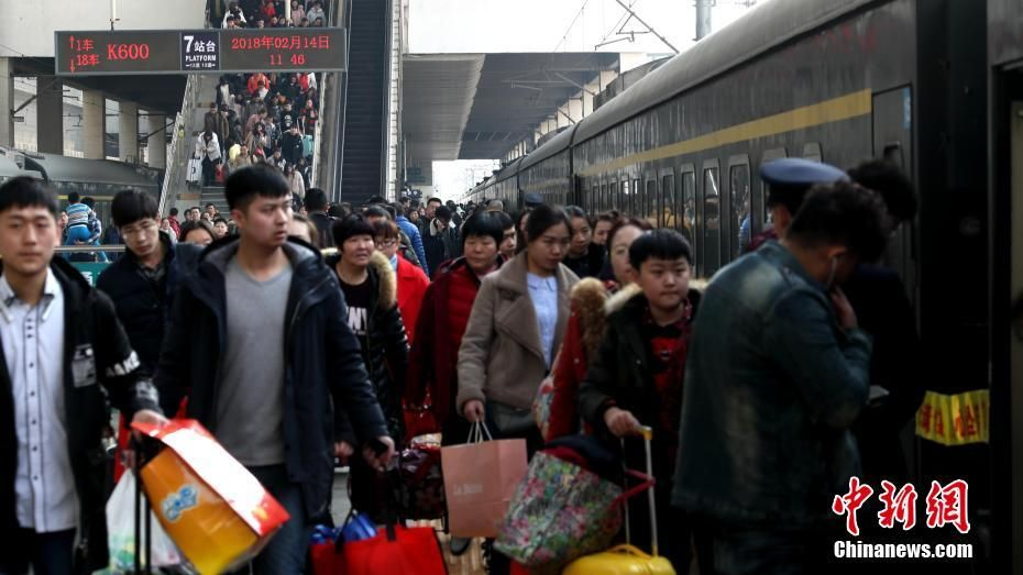 Zhengzhou railway station in Henan Province was a hive of activity on February 14 as passenger numbers peaked ahead of Spring Festival.