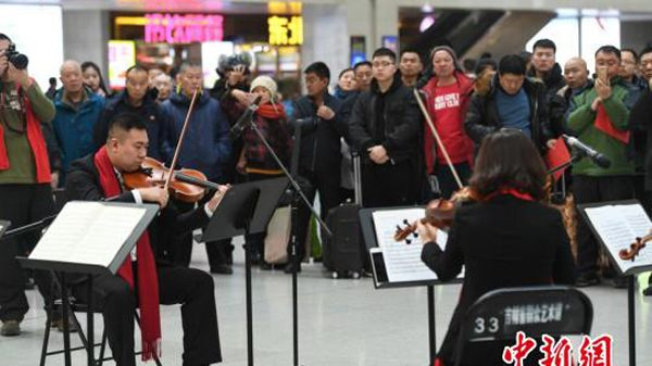 Travellers heading home for Spring Festival were entertained by musicians and professional art troupes in the waiting hall at Changchun Railway Station in Jilin Province on February 14.