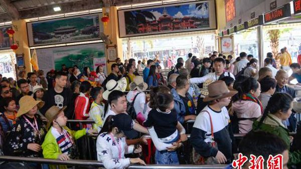 Tourists in Sanya City, Hainan Province on February 14 queuing to enter Nanshan Culture Tourism Zone, one of the largest cultural tourist attractions in China.