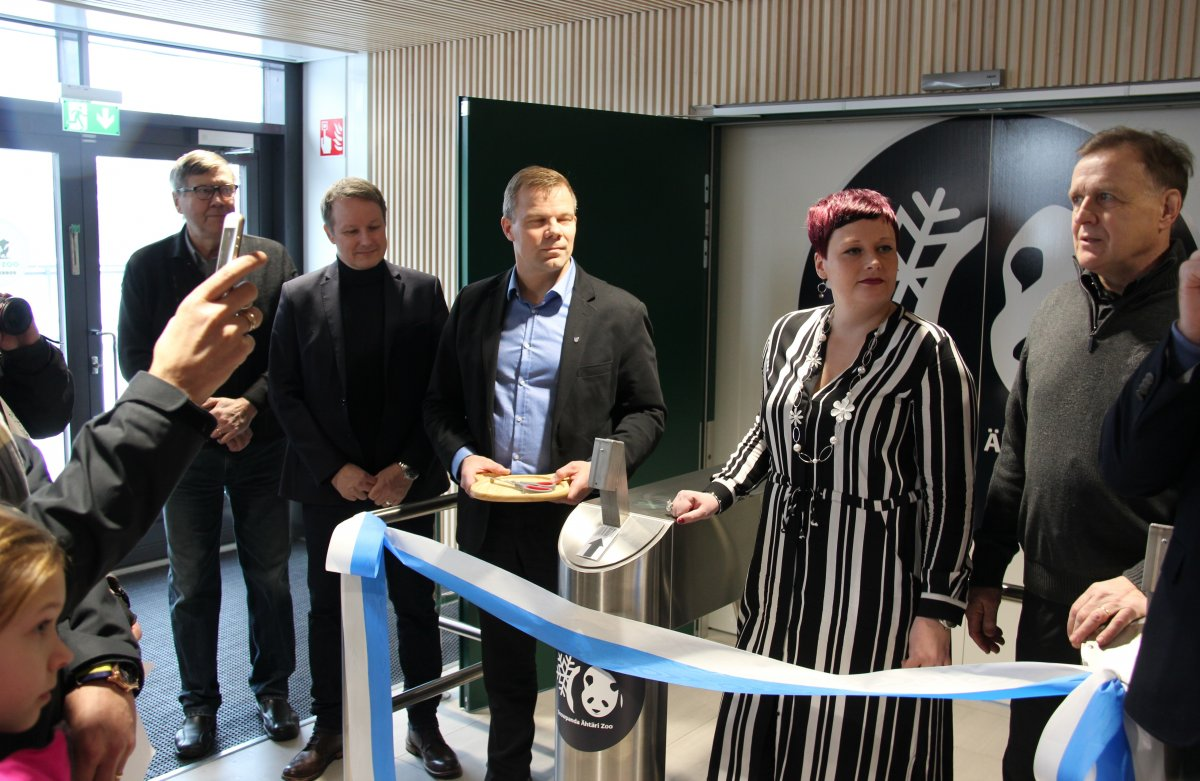The panda house was opened by Ähtäri Zoo CEO Jonna Pietilä and intendent Mauno Seppäkoski (on the right).