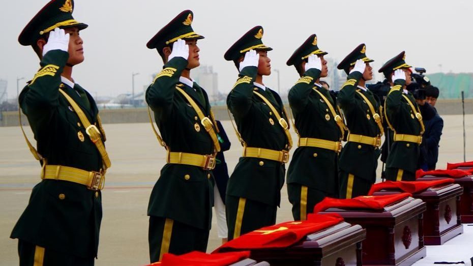 A handover ceremony of remains of 20 Chinese soldiers killed in Korean War was held at Incheon International Airport, South Korea on Wednesday.