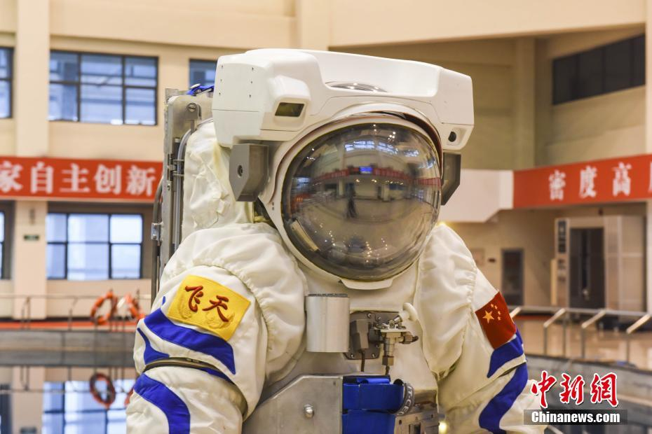 China's astronaut extravehicular activity training space suit unveiled