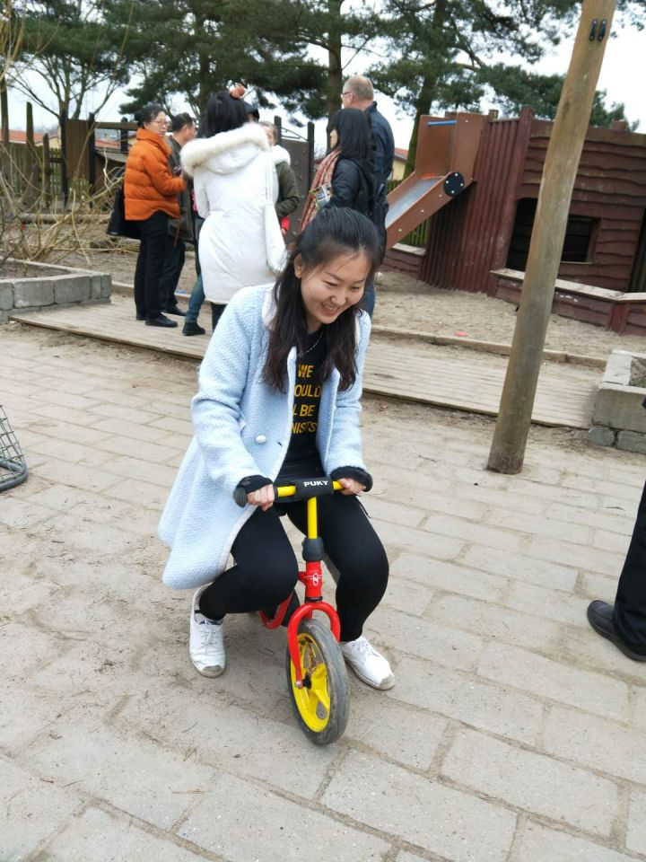 Chinese kindergarten teachers should not be afraid of dirty trousers, thinks Dong Ruixiang, who is the course's initiator.