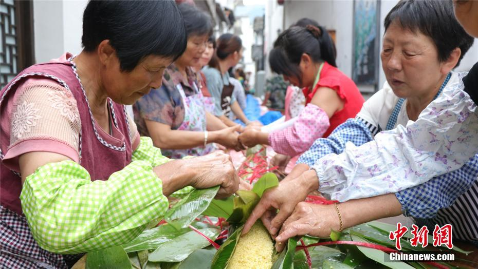 Villagers in east China make 20-metre-long Zongzi for Dragon Boat Festival