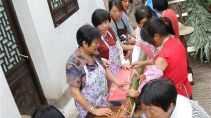 Villagers in east China's Zhejiang Province spent 13 hours making a 20-metre-long zongzi, also known as the sticky rice dumplings, to celebrate the upcoming Dragon Boat Festival.