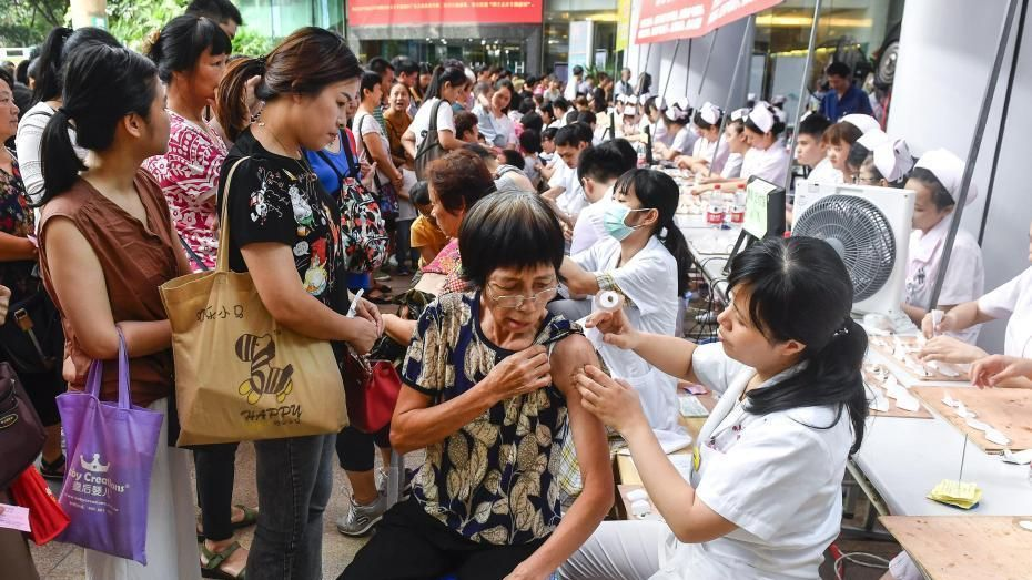 Residents in Guangzhou, capital of southern China's Guangdong Province, receiving Sanfu plaster treatment in front of the Guangdong TCM Hospital on Tuesday.