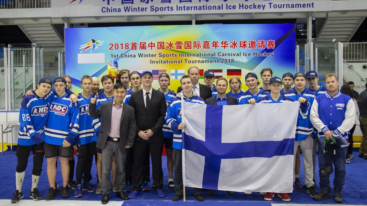 Ambassador Jarno Syrjälä with the Finnish ice hockey team in China.