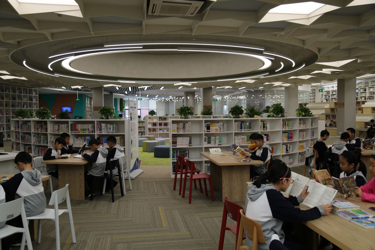 The school's library is the biggest in Zhejiang Province and boasts a total of 300,000 books.