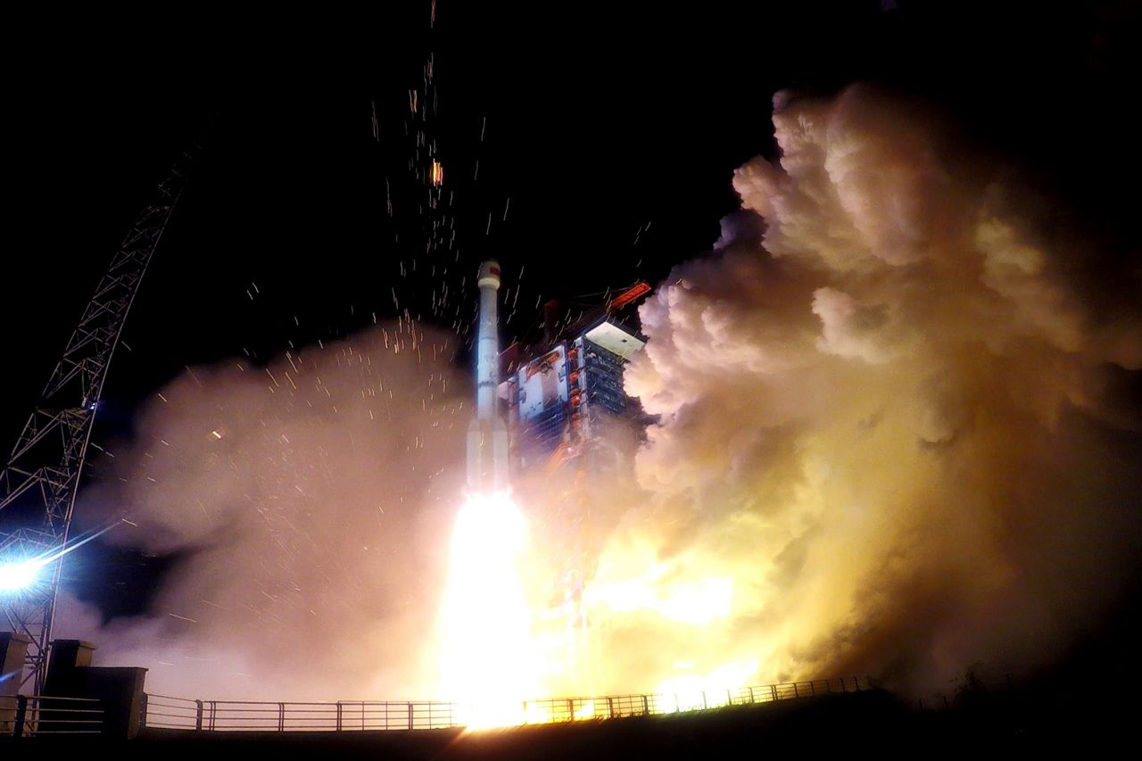 Liftoff of the Long March 3B/G2 carrying the Beidou-3 M17 and M18 into medium Earth orbit at 18:07 on November 18, 2018.