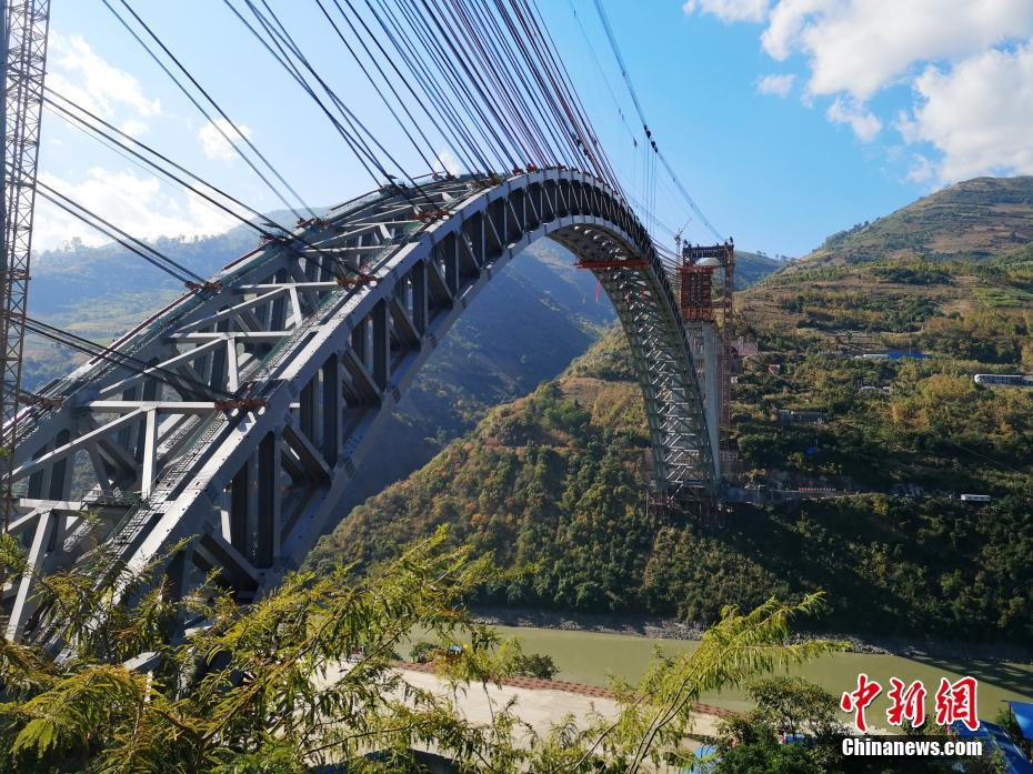 World's longest-spanning railway arch bridge build in SW China