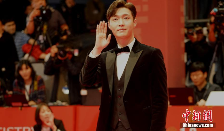 Chinese singer and EXO member Lay Zhang to attend 61st Grammy Awards