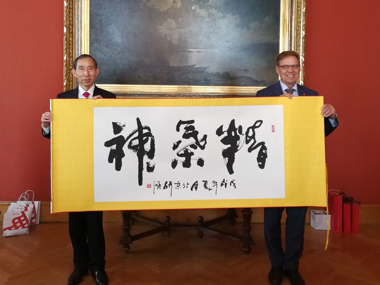 Long Yuxiang (left) presented calligraphy works of renowned Chinese calligrapher Bi Lishun to Lauri Lyly.