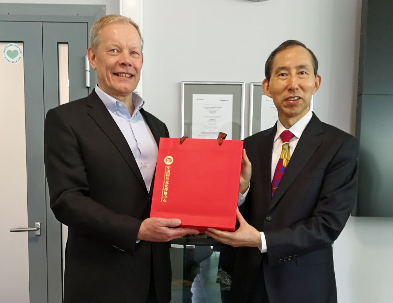 CICCC Executive Chairman Long Yuxiang and Harri Kallio, Pirkanmaan Jätehuolto CEO.