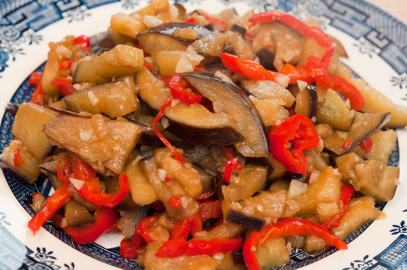 Veggie stir-fry: Garlic aubergine with bell peppers