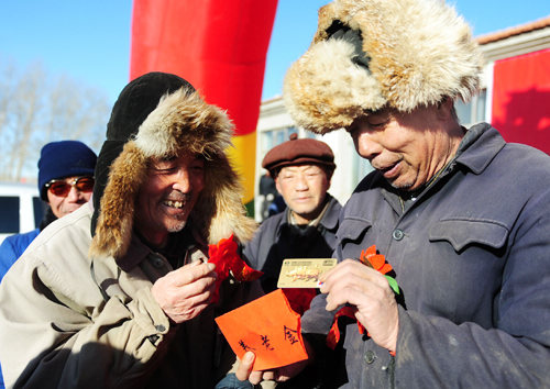 Farmers in China's Inner Mongolia Autonomous Region get bank cards for pensions.