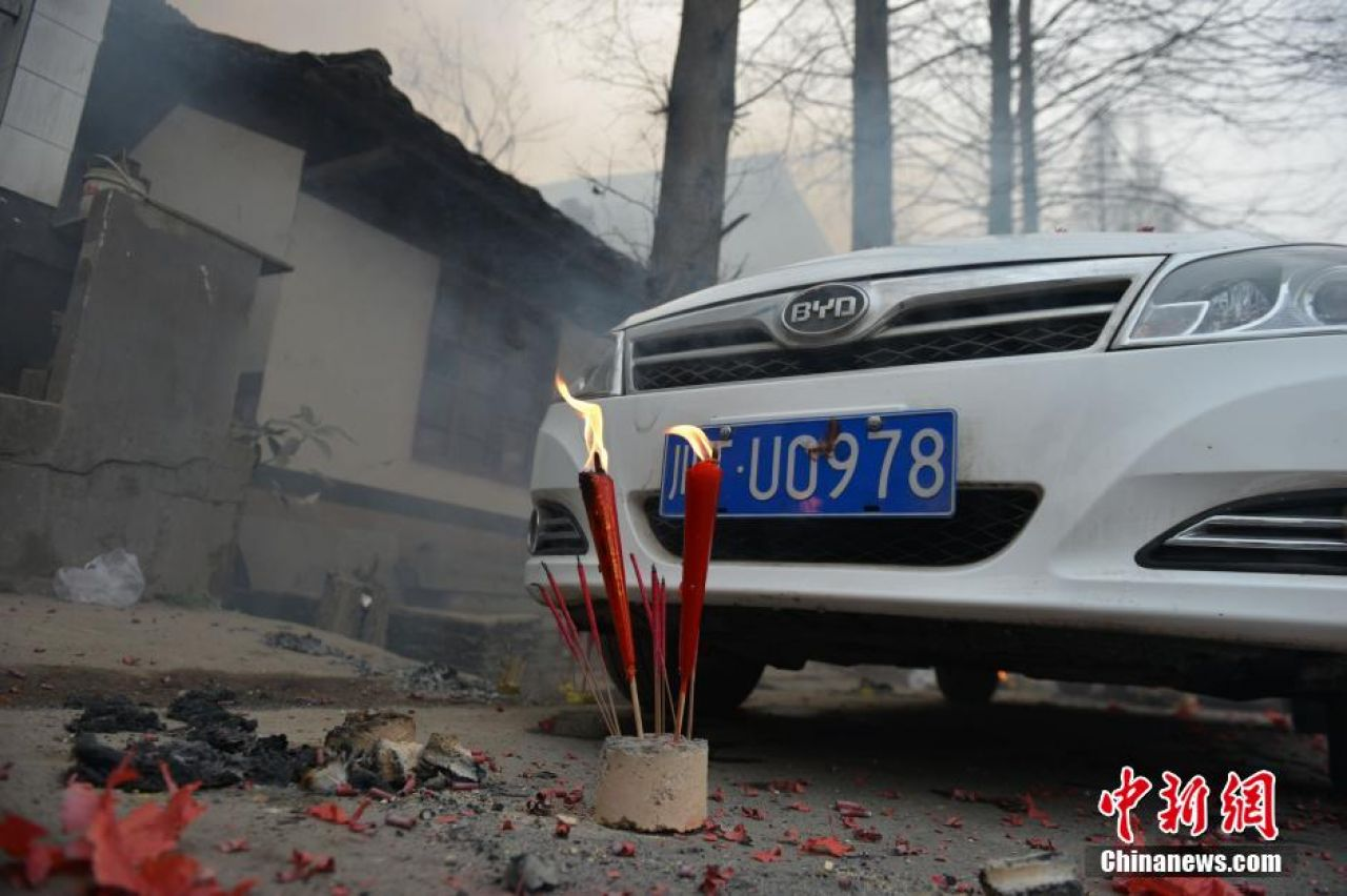 Live chickens, firecrackers used to bless cars