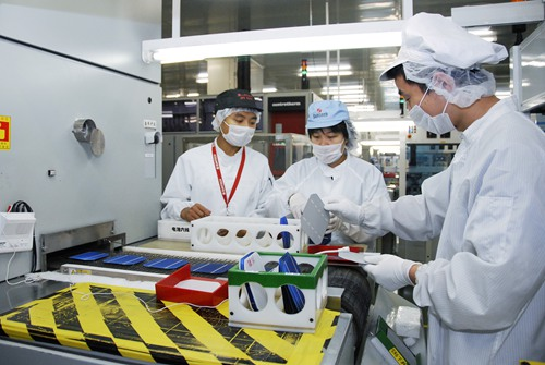 Workers assemble solar cells in a workshop of Suntech Power, a leading firm in China's solar industry headquartered in Wuxi of east China's Jiangsu Province.
