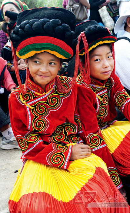 Children of the Yi ethnic group in full costume.