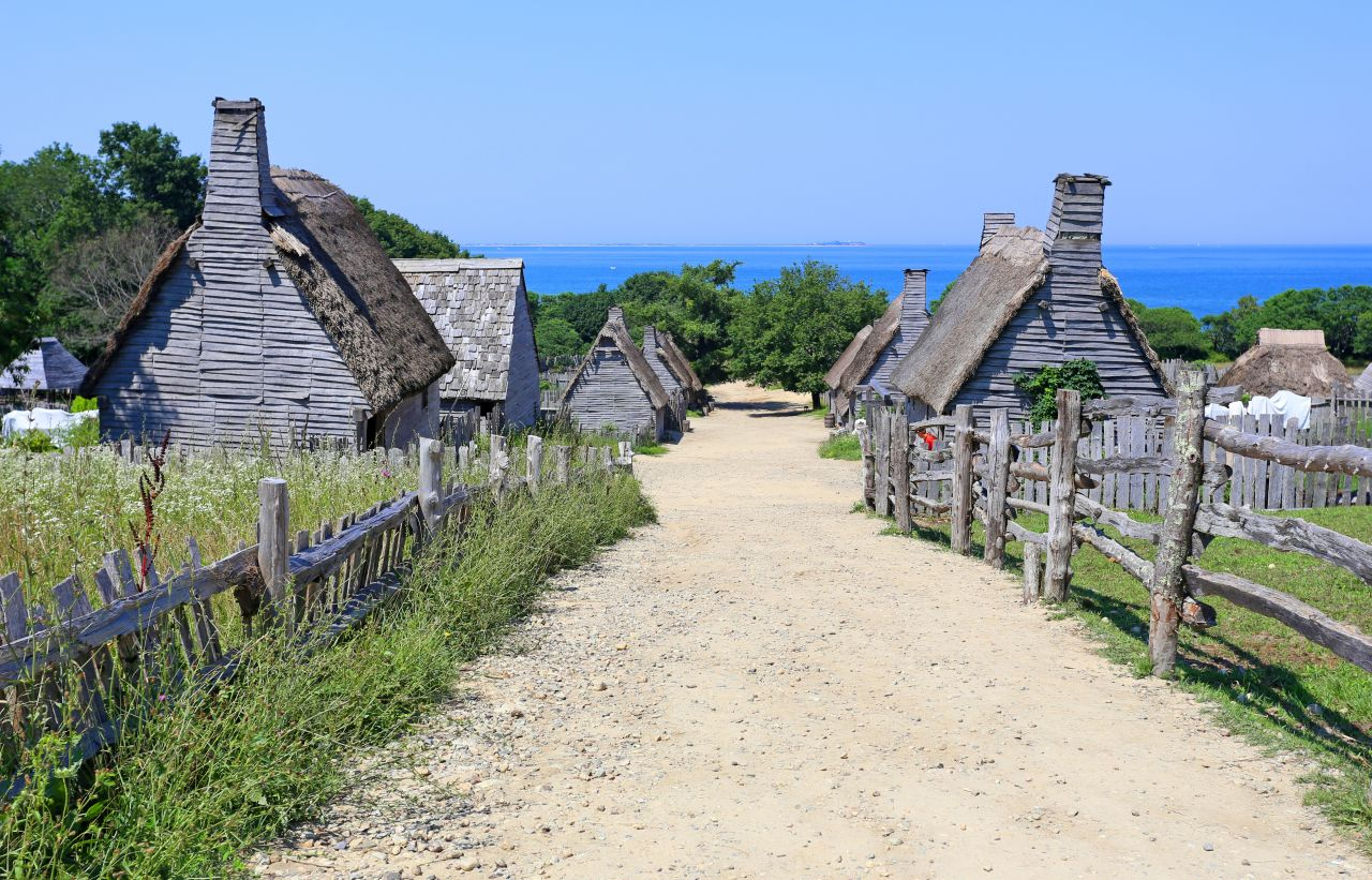 Plimouth plantation in Plymouth (Massachusetts) is commonly believed to be the site of the first Thanksgiving, with a three-day feast held to give thanks and bless the year's good harvest.