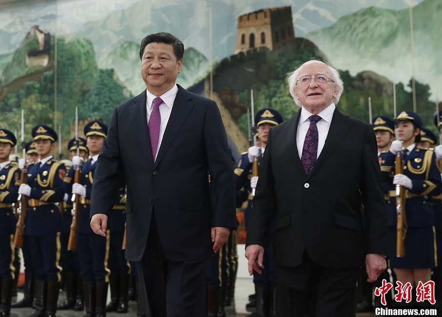 Chinese President Xi Jinping (L) holds a welcoming ceremony for visiting Irish President Michael D. Higgins before their talks in Beijing, capital of China, December 9, 2014.