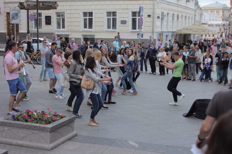 """Summertime, when """"the living is easy"""" on the street in the center of Moscow"""