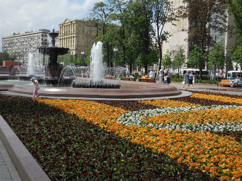 Summertime, when the cotton is high, and Moscow streets are full of amazing flowers