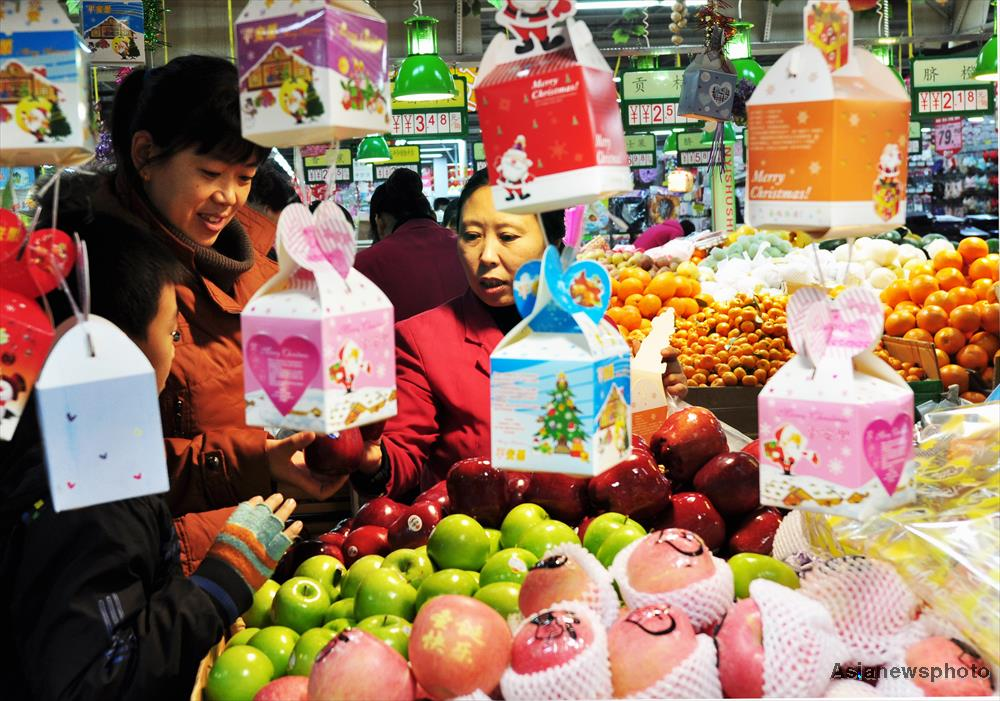 Chinese people love to buy cellophone-wrapped apples as a gift at Christmas.