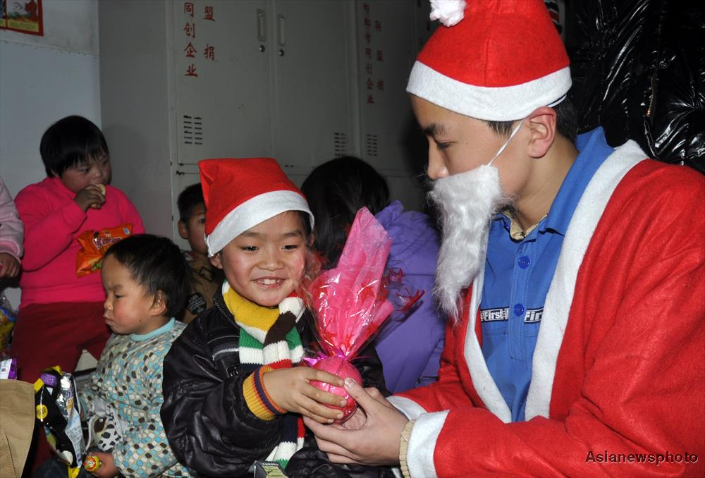 It is not only economical to send apples as a Christmas gift but it also delivers good wishes.