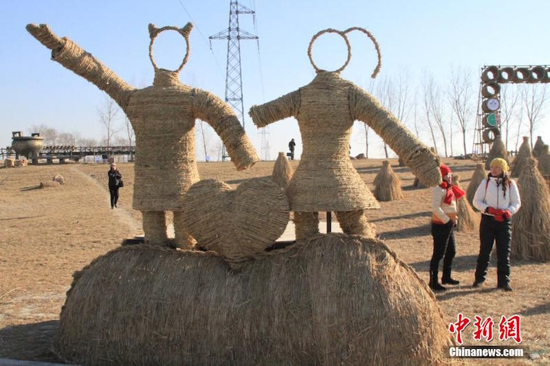 Crowds were amazed at the enormous works of straw art on display at the Panjin's inaugural Winter Festival on December 26