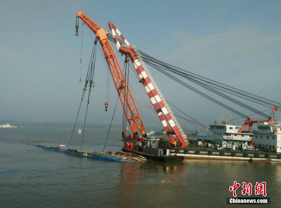 Two 500-tonne barges were used to right the overturned the Eastern Star.