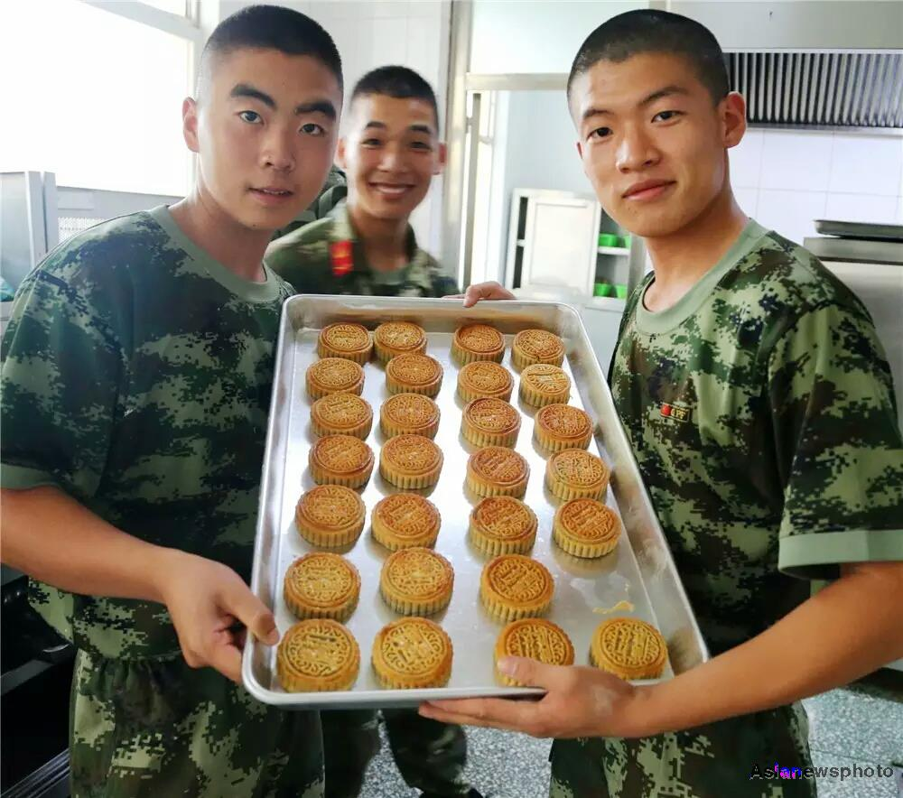 Ducks, dragons and blood for Mid-Autumn Festival (photos)