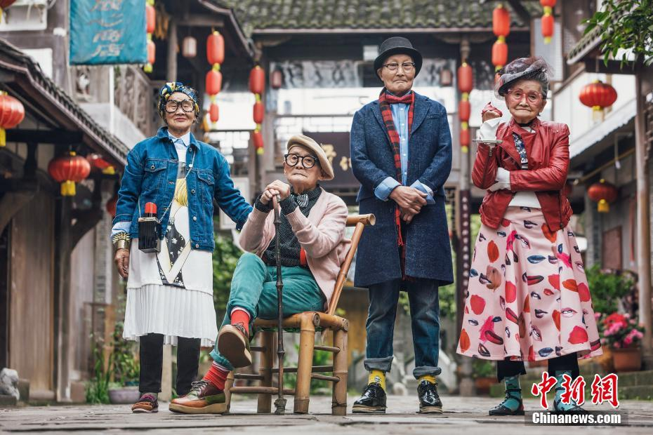 Elderly hipsters go viral in China