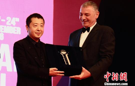 Chinese director Jia Zhangke was honoured with a lifetime achievement award at the opening ceremony of the 38th Cairo International Film Festival on Tuesday.
