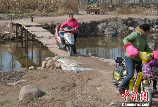 Selfless Chinese couple spend decades building bridges to help hometown