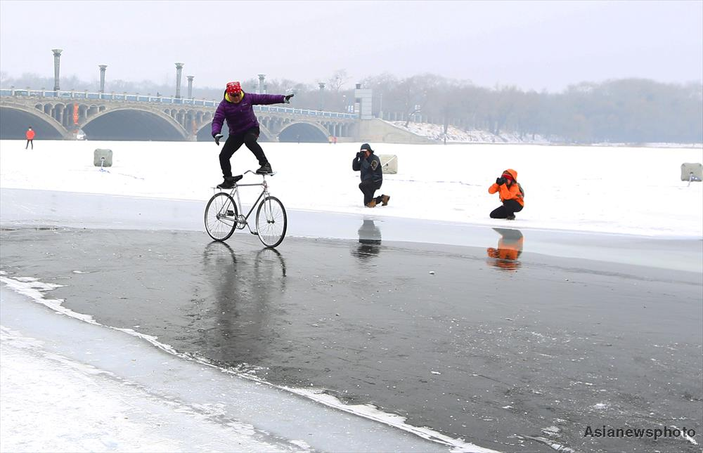 Bicycle ice stunts entertain Chinese onlookers