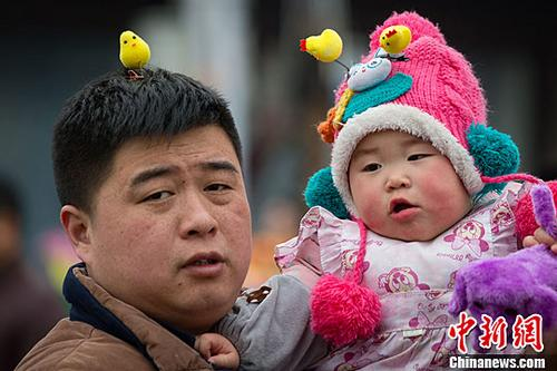 Chicken headwear is newest Chinese fashion trend