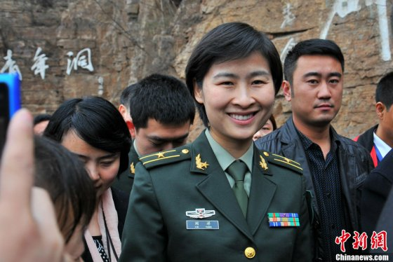 Liu Yang receives a hero's welcome on visiting her hometown.