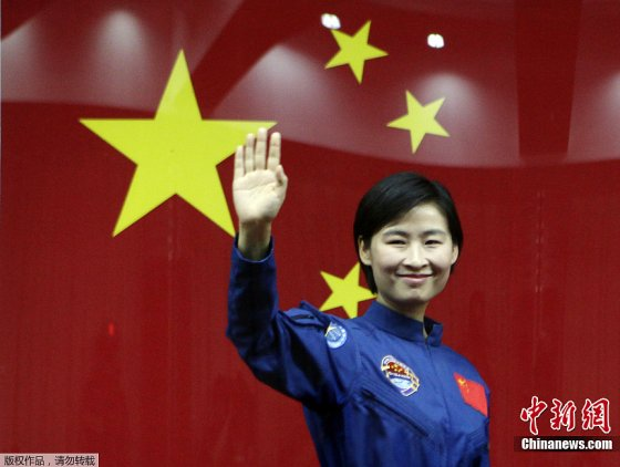 Liu Yang waves to media on June 15, 2013, the eve of the launch on Shenzhou-9 from the Jiuquan launch centre.