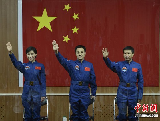 Liu Yang (left), commander Jing Haipeng (centre) and Liu Wang (right) speak to the media of the eve of the launch of Shenzhou-9.