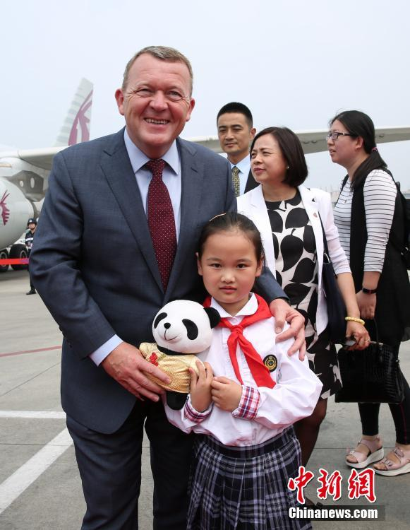 Danish Prime Minister Lars Rasmussen received a panda toy after he got off the plane on Tuesday.