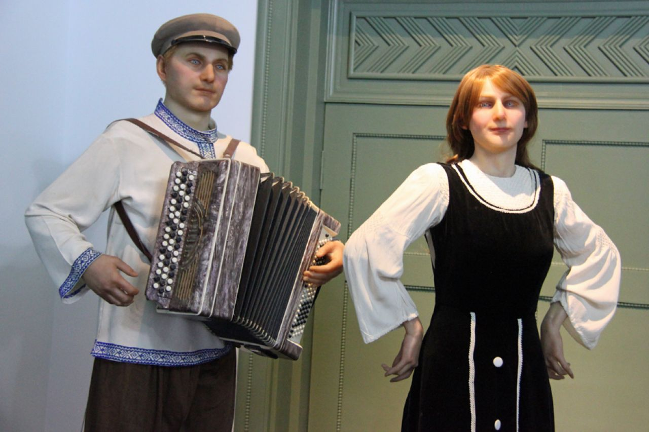 Descended from 18th century immigrants to China, the Russian ethnic minority enjoy singing and dancing, which is usually accompanied by an accordion and Balalaika, a stringed instrument with a triangular body.