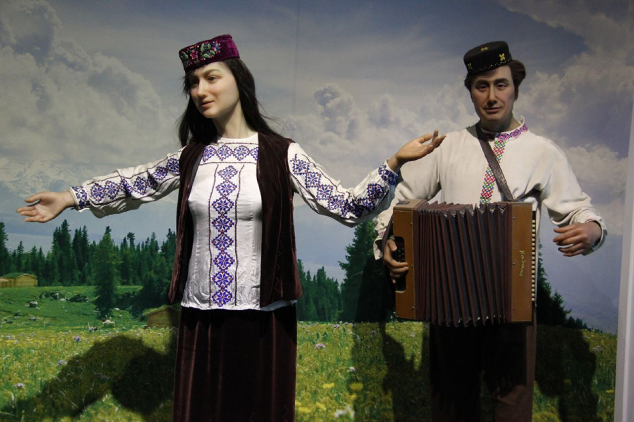 The Tatar minority's written language is based on Arabic letters and also uses Uyghur and Kazakh characters. The spoken form belongs to the Turkic language family.