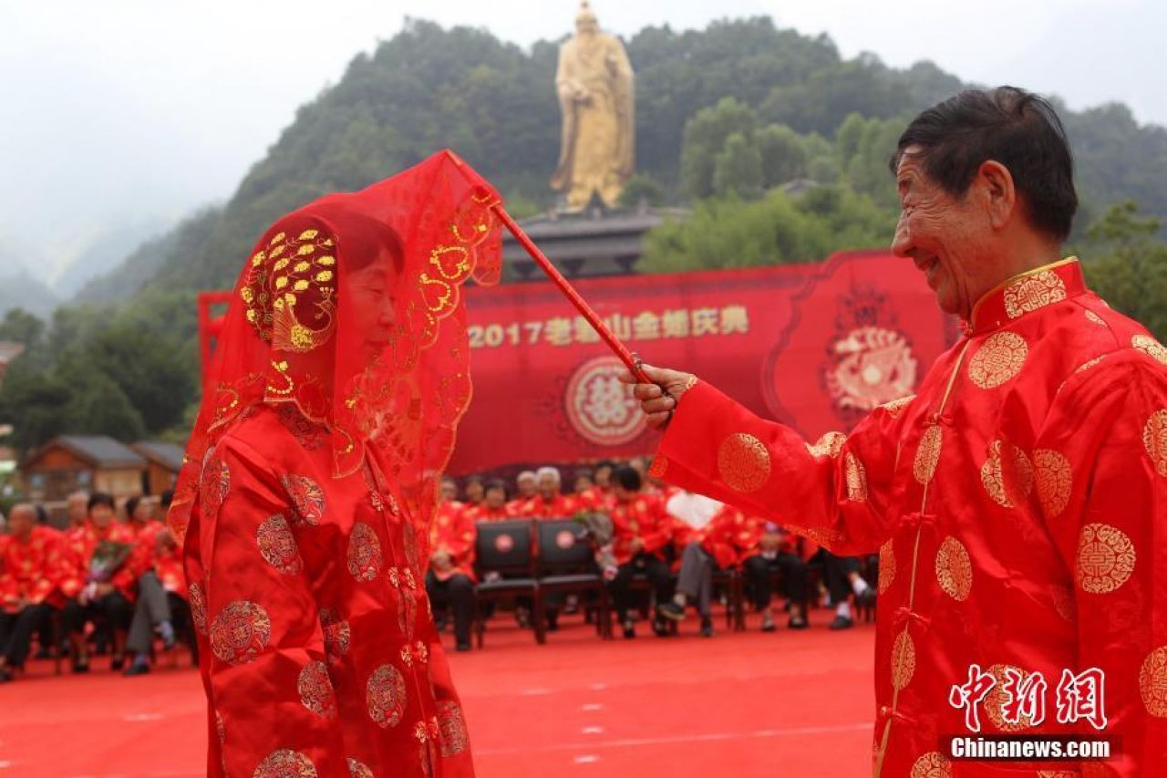 86 senior couples in Luoyang, Henan Province celebrated their 50th wedding anniversaries at the Qixi Festival this year.